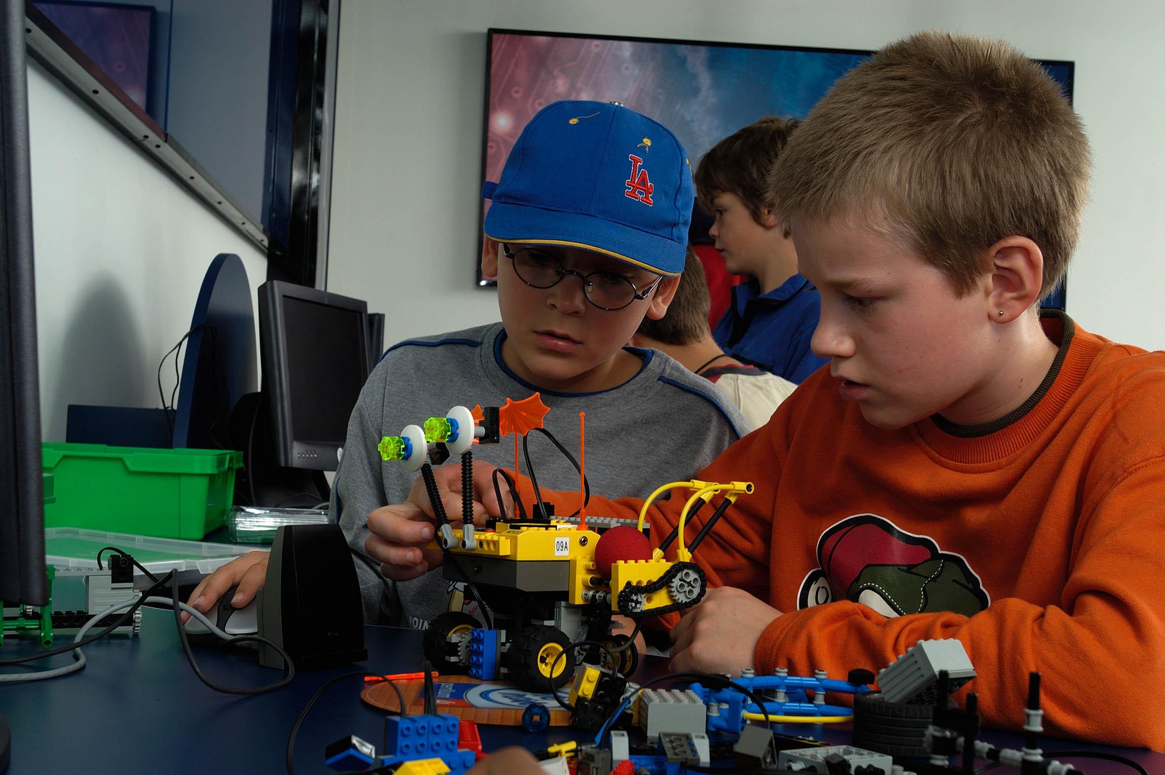 lego-mindstorms-center-mit-kindern-die-einen-lego-roboter-bauen-2
